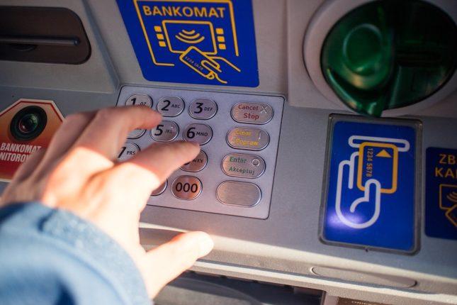 Una banca in Italia dice addio al contante, chiuderà bancomat e casse automatiche