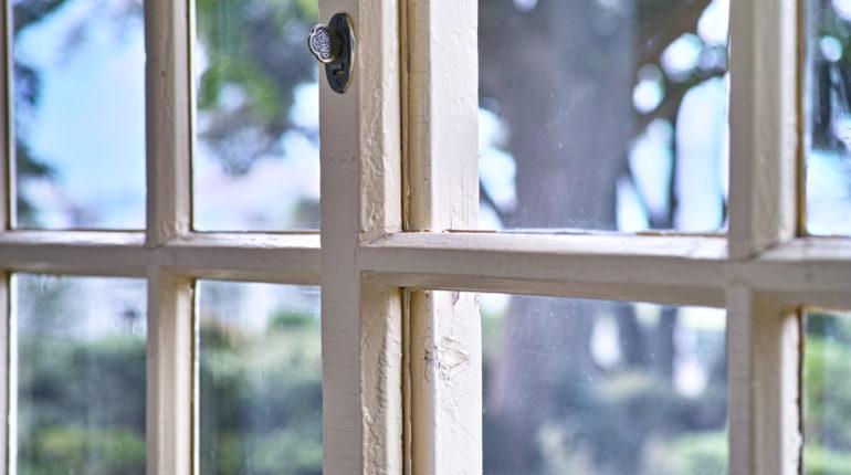 pulire gli infissi e le finestre guida